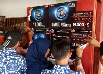 Siswa SMPN 5 Padang, menurunkan spanduk iklan rokok di warung sekitar sekolah mereka. (*)