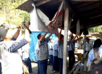 Siswa SMPN 20 Padang menurunkan spanduk iklan rokok yang terpasang di sekitar sekolah mereka. Aksi ini sebagai bentuk penolakan mereka agar tak jadi target perusahaan rokok. (ist)