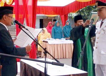 Bupati Agam Indra Catri mengangkat sumpah jabatan Camat Ampek Angkek Teddy Martha, Kamis (2/2). (maswir chaniago)