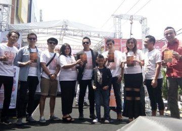 Sugesti Edward Sikumbang bersama aktor, pencipta lagu, model serta panitia dan sponsor usai launching novel 'Tepian Mandi', di Plaza Andalas, Minggu (26/2). (lenggogeni)