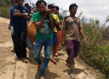 Bidan Sari digotong warga usai melahirkan di lokasi bencana. (bayu)