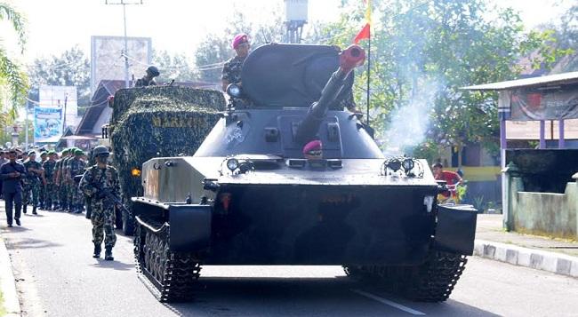 Tank Amfibi diarak menuju Monumen Perjuangan TNI AL di Pantai Gandoriah Pariaman, Minggu (5/3).