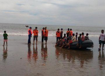 Tim SAR BPBD Pessel, Polairud Painan dan dibantu warga setempat dalam upaya pencarian korban, Fauzan (23) warga Koto Nan Tigo yang terseret ombak Pantai Ulak Karang. (niko)