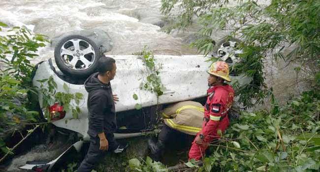 Mobil Agya saat akan dievakuasi dari dalam jurang. (*)