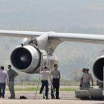 Militer AS mengecek mesin pesawat yang rusak di Bandara Sultan Iskandar Muda, Blang Bintang, Aceh Besar, Aceh (antara foto)