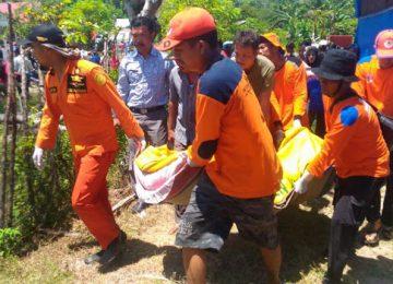 Tim Basarnas dan BNPB mengangkat Jenazah korban yang ditemukan sekitar 50 meter dari bibir Pantai(niko).