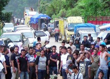 Pengendara dari Riau yang tertahan di Tanjung Balik, Limapuluh Kota (bayu)