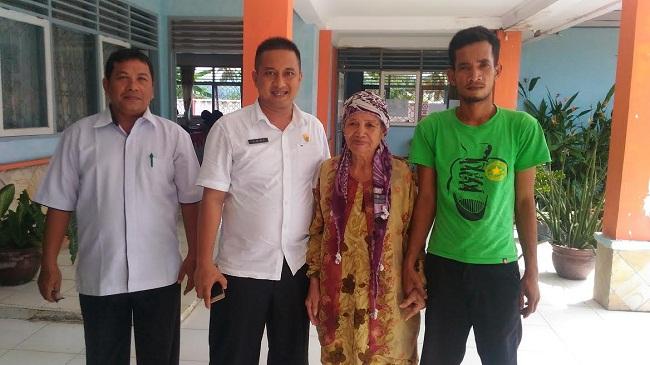 Kepala Puskesmas, drg Amri bersama Syamsinar Dace, (81) keluarga dari Itad (almarhum) di Puskesmas Pasar Kuok Batang Kapas (niko)