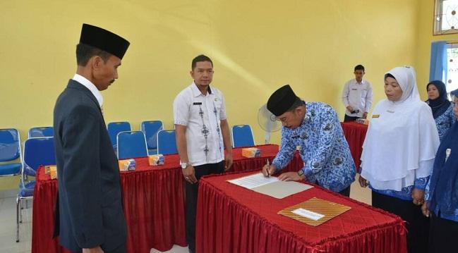 Kepala Disduk Capil Efi Yandri menandatangani berita acara pelantikan. (afrizal)