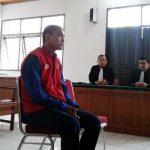 Hamzah Kelana Fajar (26) saat mendengarkan vonis di Pengadilan Negeri Padang, Rabu (26/4).(wista yuki)
