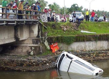 Minibus  yang terjun bebas ke dasar Batang Mangguang, Kecamatan Pariaman Utara, Kota Pariaman, Kamis (13/4). (darmansyah)