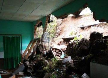 Dinding mushalla di Patapaian, Jorong Paninggiran Ateh, Nagari Nan Tujuah, Kecamatan Palupuh, Kabupaten Agam jebol akibat dihantam material longsor yang melanda daerah itu, Selasa (25/4) sore. (maswir chaniago)