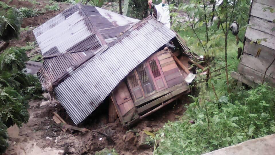 Rumah warga terkena longsor di Matur, Agam. (bpbd)