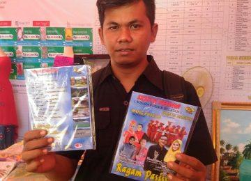 Fahmi (29) Salah satu pembeli VCD album Sejuta Pesona di salah satu stand Festival Lasngkisau , Pantai Carocok. (niko)