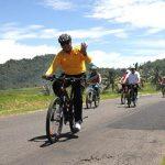Bupati Irdinansyah Tarmizi bersama rombongan Minang Bandung Wisata, terlihat mendayung sepeda dari Pariangan ke Batusangkar sejauh lebih dari 15 kilometer.(Musriadi Musanif)
