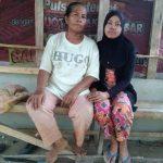 os, (53), bersama Nisa, (23), anak bungsunya yang menderita penyakit Lupus. (Yuke)