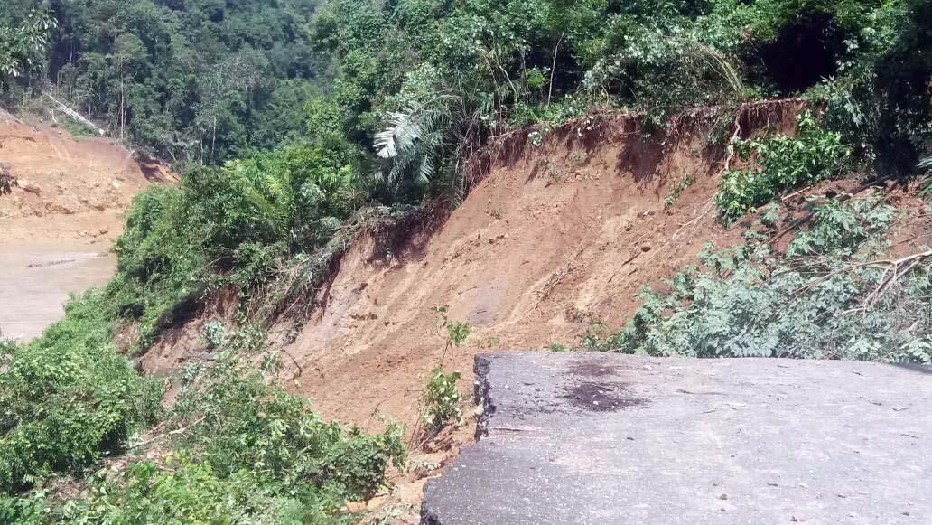 Jalan yang amblas masuk sungai di Sijunjung (ist)