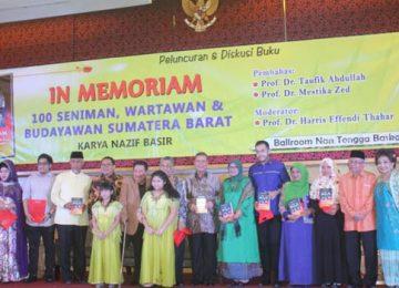 """Acara peluncuran buku In Memoriam, 100 Seniman, Wartawan dan Budayawan Sumatera Barat"""" yang ditulis oleh Nazif Basir di Hotel Basko, Padang, Kamis (25/5). (titi)"""