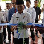 Camat Sangir Jujuan Alwis atas nama Bupati Solok Selatan melakukan penguntingan pita tanda dibukanya Kantor Capem Bank Nagari di Lubuk Malako. (afrizal amir)
