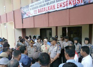 Masyarakat Tiku V Jorong berunjukrasa mendesak Pengadilan Negeri Lubuk Basung membatalkan eksekusi. (mursyidi)