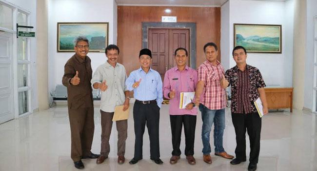 Ketua komunitas geopark sumbar Novizar Swantry, usai melakukan pertemuan foto bersama Asisten III Dr. Yul Amri, kabag Humas Firdaus Firman, Kabid dari Dinas Parbudpora Solsel Yolni Hendra. (*)