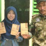 Hilda Hayati, lulusan Teknik Produksi Pertanian Unand 2016 didampingi orang tuanya Khudrimemperlihatkan produksi kopi olahannya. (mursyidi)