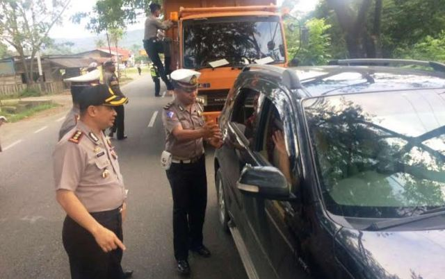 Kapolres 50 Kota AKBP Haris Hadis mengawal jalannya razia identitas terhadap pengguna  jalan Sumbar-Riau, Minggu (7/5), mengantisipasi masuknya tahanan kabur di Pekanbaru ke Sumbar. (Muhammad Bayu Vesky)