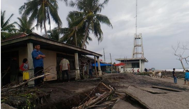 Rumah pantai Korong Mangopoh dihamtam gelombang (Foto: Rus Akbar/Okezone)