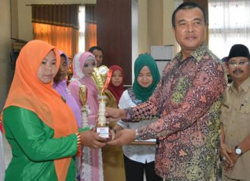 Wabup H. Abdul Rahman menyerahkan hadiah pada salah seorang pemenang lombadalam rangka memeriahkan peringatan Isra Mi'raj. (afrizal amir)