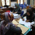 Tim sekretariat calon Panwas sedang memeriksa berkas pendaftaran. (*)