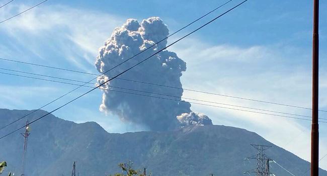 Gunung Marapsi erupsi. (gindo)