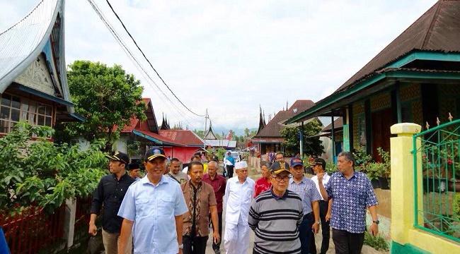 Wagub Sumbar Nasrul Abit didampingi Wabup. H. Abdul Rahman, Wakil Ketua DPRD Armen Syahjohan serta rombongan lainnya, menyusuri kawasan nagari Seribu Rumah Gadang (SRG). (afrizal amir)