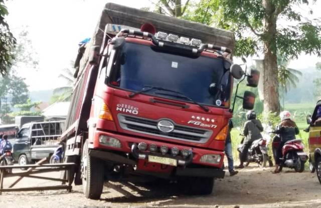 Satu unit truk tronton kesulitan melewati akses jalan Payakumbuh-Lintau, di Balai Jariang, Payakumbuh Timur yang rusak, Rabu (14/6). Kerusakan ini, dipicu karena gorong-gorong mengalami pecah. Pemprov Sumbar diminta segera turun tangan. (Muhammad Bayu Vesky)