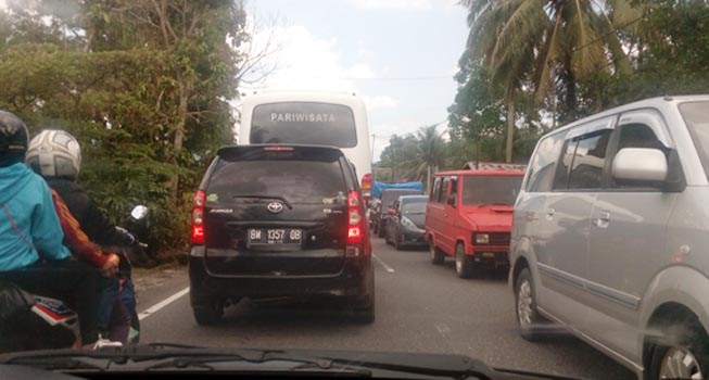 Kemacetan di Jalan Padang-Bukittinggi (aci indrawadi)