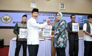 1.Bupati H. Muzni Zakaria menerima plakat predikat Opini WTP dari Kepala BPK Perwakilan Sumbar Eliza di Auditorium Kantor BPK, disaksikan Ketua DPRD Solsel Sidik Ilyas. (*)