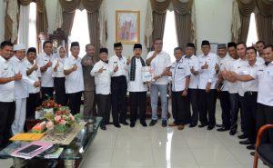 Bupati H. Muzni Zakaria- Wabup H. Abdul Rahman dan Sekdakab H. Yulian Efi bersama seluruh OPD Pemkab mengacungkan jempol atas torehan opini WTP.  (*)