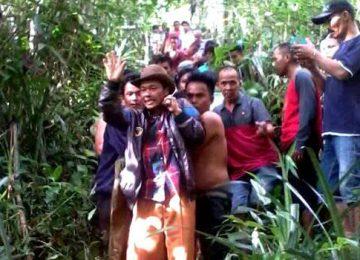 Tim gabungan menemukan Suna di hutanyang cukup terjal di Jorong Sungai Angek, Nagari Simarasok, Kecamatan Baso, Kabupaten Agam. Korban dievakuasi ke Puskesmas menggunakan tandudarurat. (maswir)