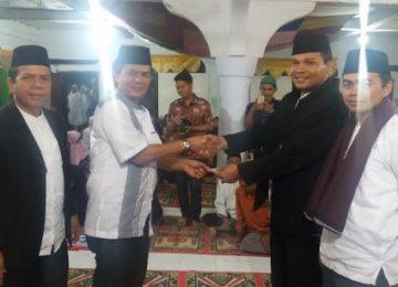 Anggota DPD-RI Nofi Candra Serahkan Bantuan Dana kegiatan Musabaqah masjid Darul Akbar Malalo, Rabu (19/6) malam. (rusmel)