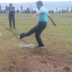 Anggota DPD-RI Nofi Candra melakukan tendangan pertama menandai dibukanya Turnamen Badarmas Cup 4 Malalo, Selasa (27/6). (*)