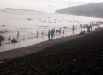 Keramaian pengunjung di Pantai Sago (niko)