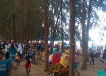 Pantai Sago di Pesisir Selatan dipadati pengunjung. (niko)