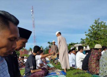 Para pengurus masjid, mushala dan panti asuhan tengah mengumpulkan infak sebelum melaksanakan Shalat Id di lapangan Mahoni, Tiku, Kecamatan Tanjung Mutiara, Agam (25/6). (darmansyah)