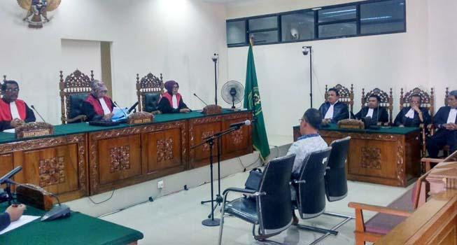 Xaveriandy Sutanto mendengarkan vonis hakim di Pengadilan Tipikor Padang, Jumat (9/6). (ist)