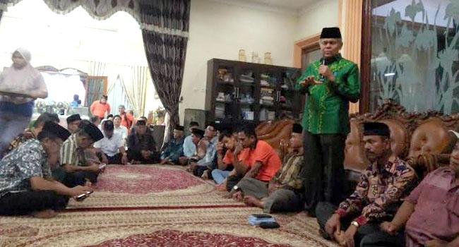 Wakil Walikota Padang, Emzalmi saat memberikan silaturahmi bersama FKAN Pauh IX Kuranji, Minggu (11/6) malam. (yose)