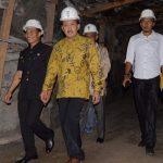 Direktur Operasi dan Produksi PT Bukit Asam Suryo Eko Hadianto bersama Wakil Walikota Sawahlunto Ismed dan rombongan. (armadison)