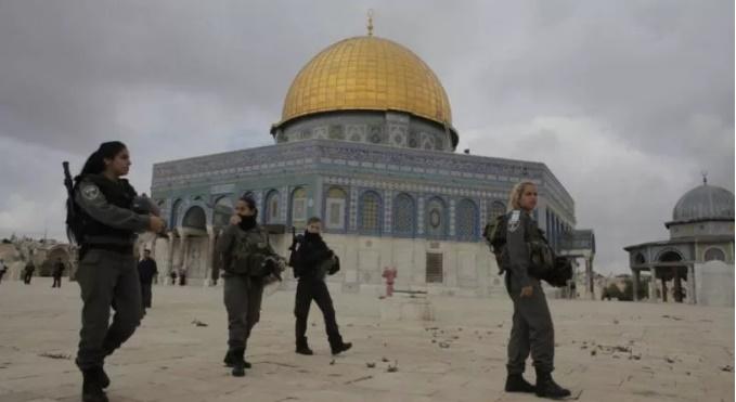 Pasukan keamanan Israel berjaga di sekitar kompleks Masjid Al Aqsa (Foto: Ammar Awad/Reuters)