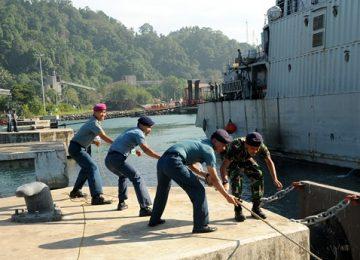 Prajurit Lantamal II Padang menarik tali pengikat saat KRI Teluk Sabang bersandar di Dermaga Teluk Bayur, Kamis (20/7). (guspa caniago)