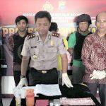 Kapolres Pariaman AKBP Bagus Suropratomo Oktobrianto didampingi Kasat Narkoba Iptu Suhardi menunjukan barang bukti kasus narkoba. (tomi)