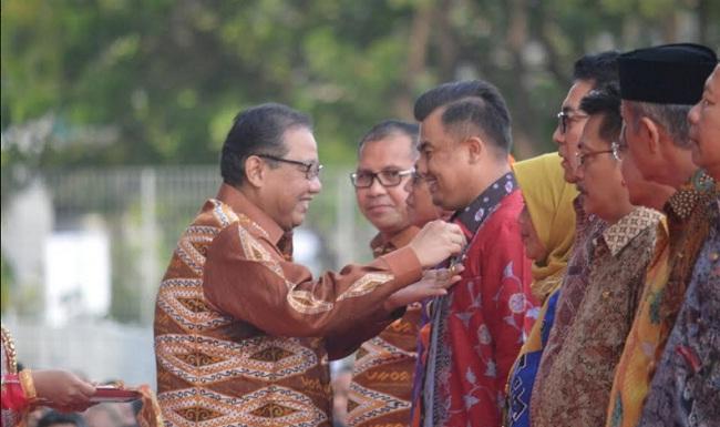 Menteri Koperasi memberi penghargaan kepada Bupati Dharmasraya. (*)