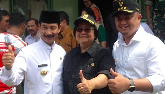 Bupati H. Muzni Zakaria bersama Menteri Kehutanan dan Lingkungan Hidup RI, Siti Nurbayadan Bupati Sutan Riska.(afrizal amir)